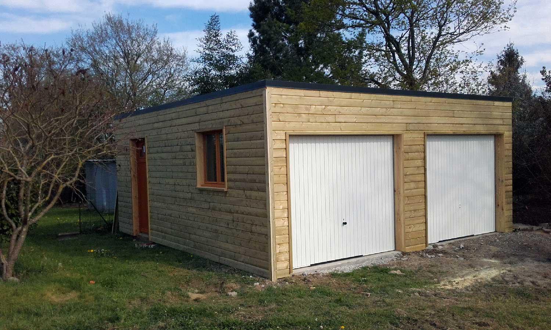 Garage en bois avec toit en bac acier plat, double portes de garage, une porte de service rouge et une fenêtre