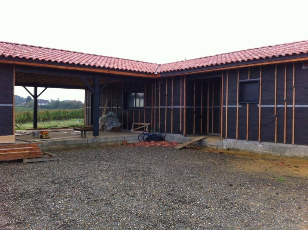 Photo d'une maison en bois en cours de construction