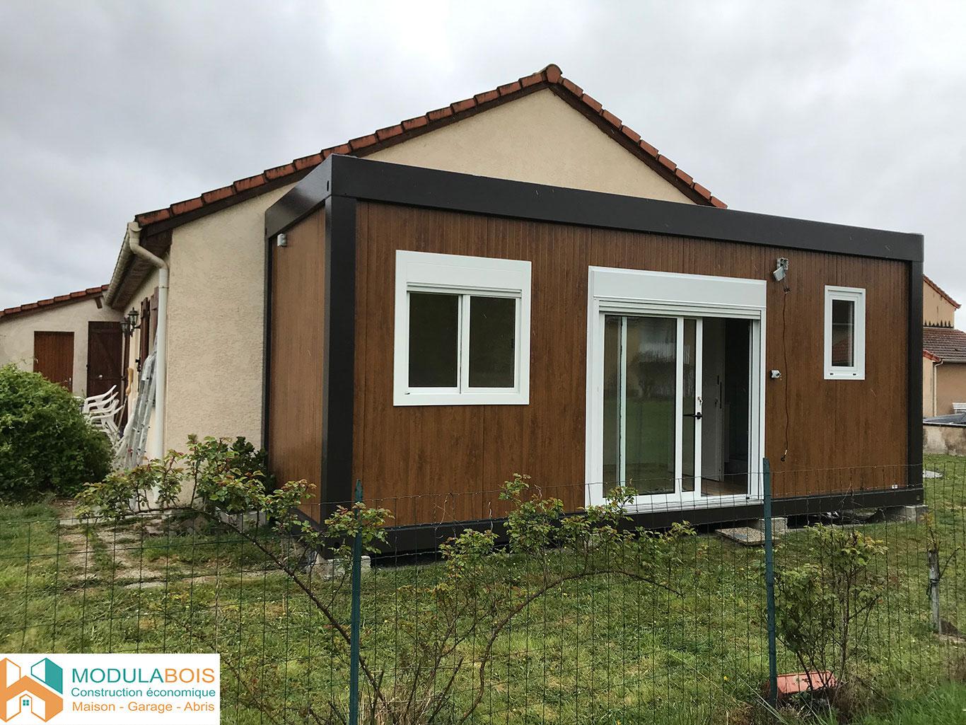 Extension de maison modulaire en bois rectangulaire de 20m² avec 2 fenêtres et une baie vitrée